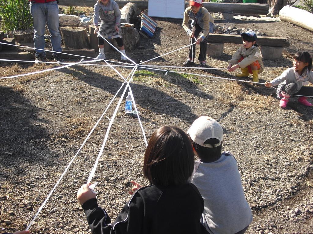 次のゲームは「爆弾撤去」。大きな丸に入らず、ロープを使って水の入ったペットボトルを丸の外へ運び出すゲーム。