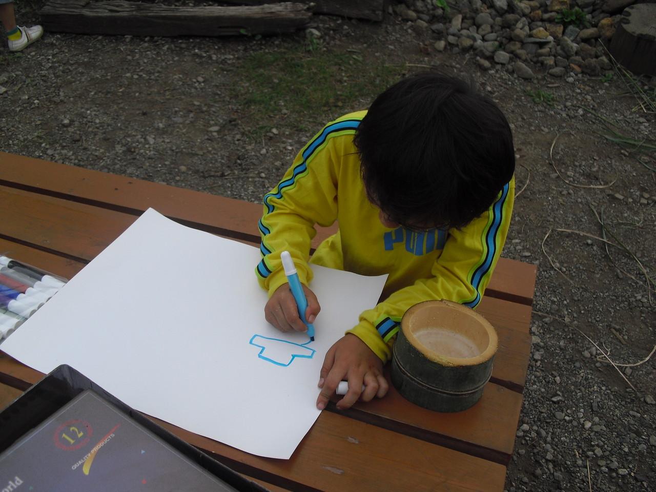 その後紙に絵を描きます。