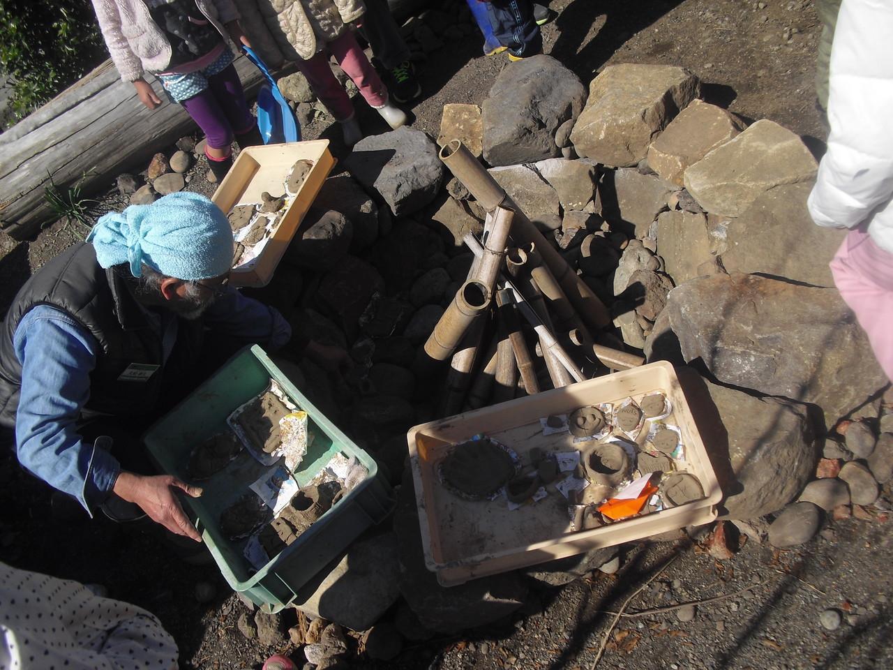 野焼きをするために久松さんがこの穴に石を並べて段を作り、作品を平らにおけるよう作り変えてくれました!