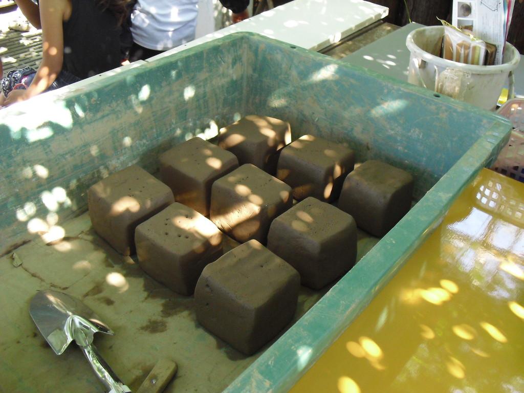 この粘土。実は前回ふるいにかけて水に浸けておいた砂です。