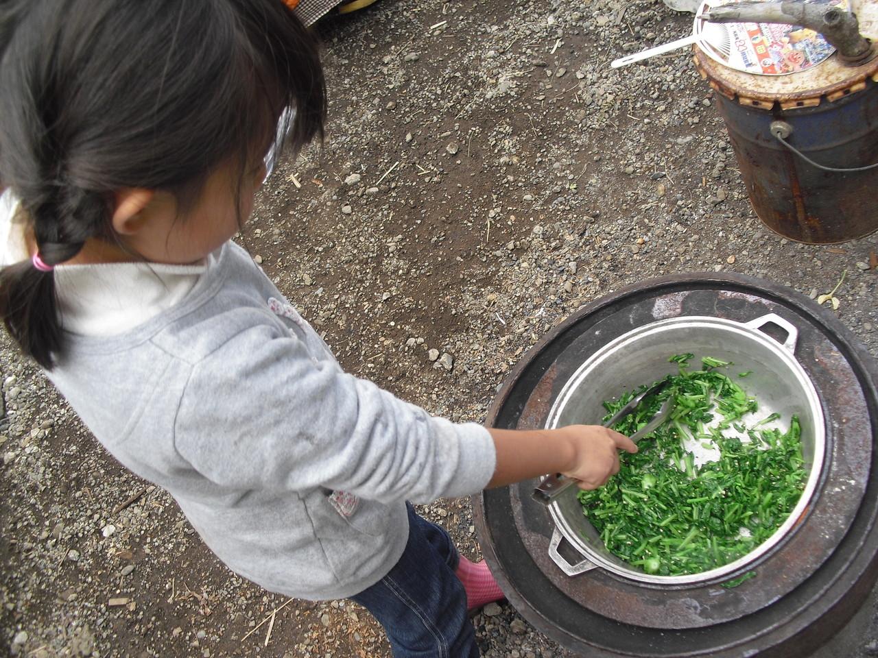 ごま油・ゴマ・しょうゆを加えて炒めて、はい、出来上がり!