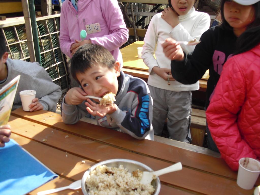 ふじっころで取れたお米(玄米)もみんなで試食。皆かぶりつきすぎ(苦笑)