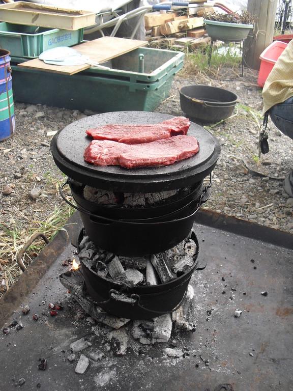 蓋をひっくり返せば、フライパンみたいに、お肉だってジュウジュウ焼けちゃいます。