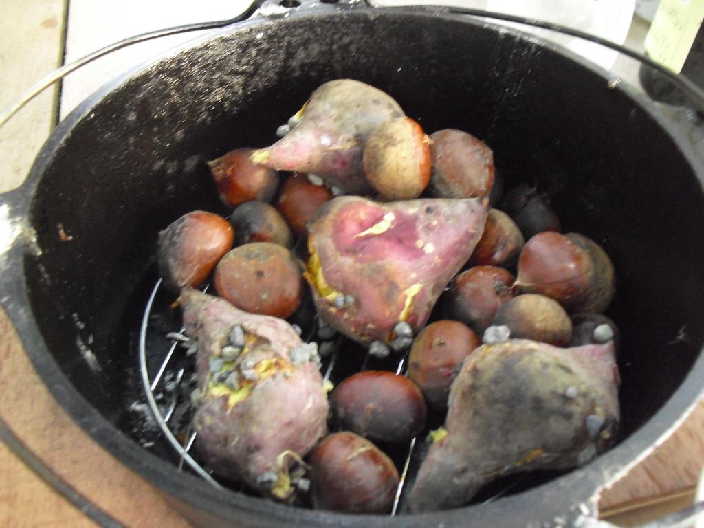 秋の味覚!栗とさつまいも!石を入れて、石焼きです。