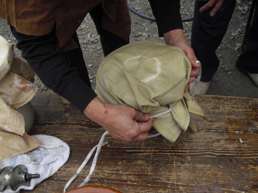 容器にいれたら最後に塩をかけて、ふたをし、空気を入れないように布でしっかり縛ります。