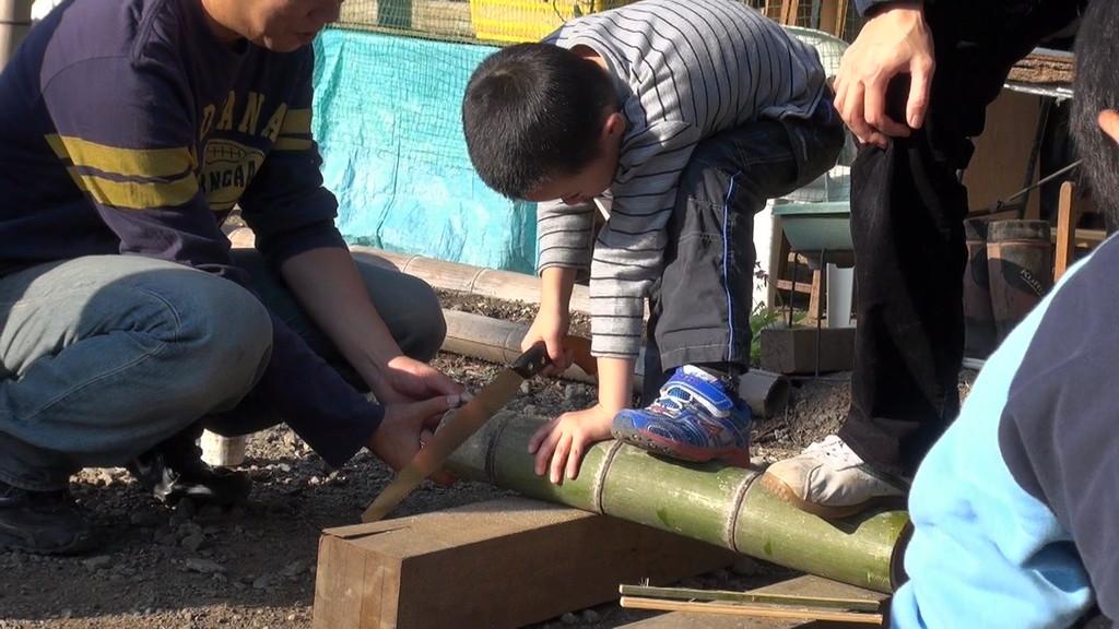 竹を切り、