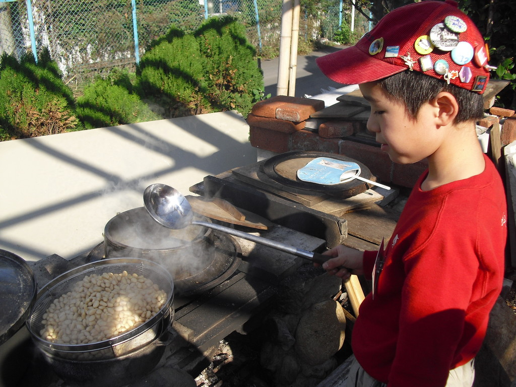 去年から始めた味噌作り。ふじさんが前から水に浸した大豆を朝6:30からゆでてくれていました。
