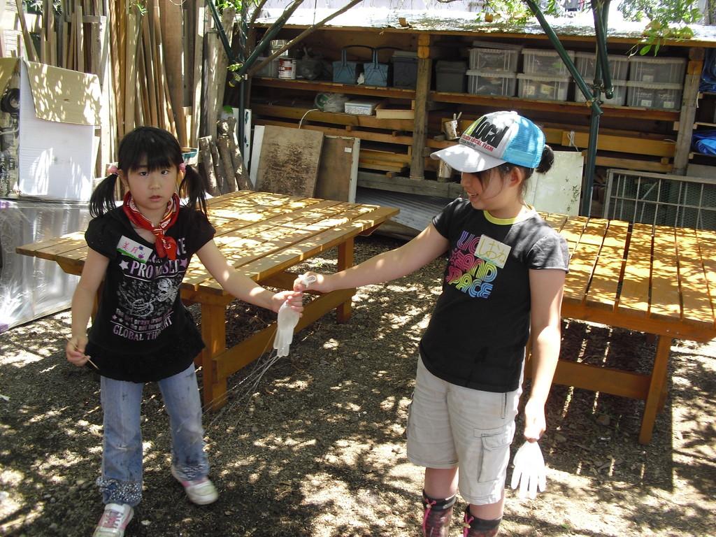 そして、終わった子ども達が自分の使ったビニール手袋に水を入れてあそび始めましたよ~