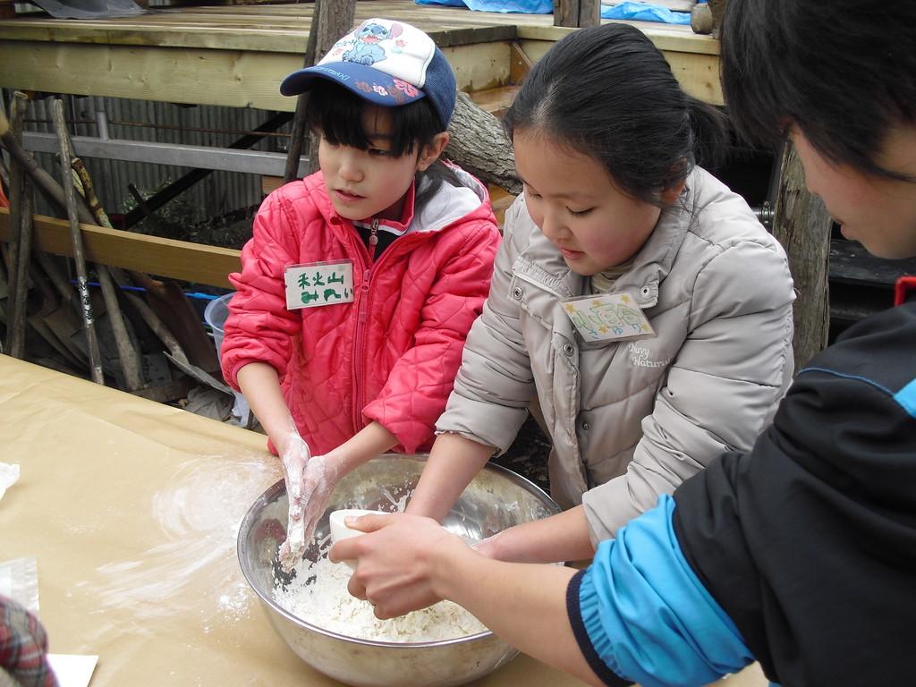小麦粉と強力粉、塩、水を入れてこねます。