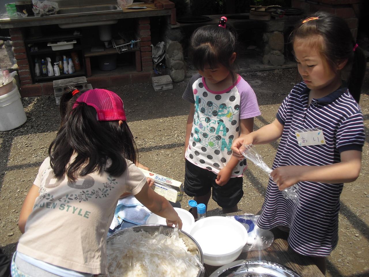 「田植えの後は塩むすびと決まってる!!」久松さんのこの一言で、塩おにぎりを作りました。