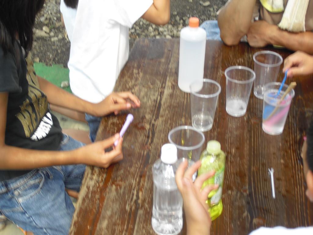 食後は、シャボン玉作り。自分で液を調合して、よく膨らむように実験!