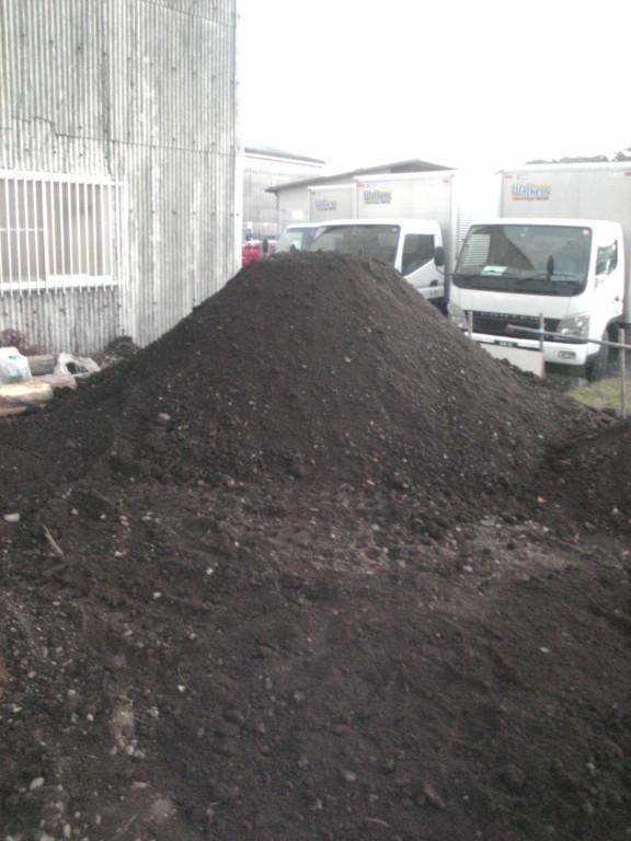 近所で工事をしていれば…「すぐに土をください!」と交渉し、小さな築山ができました。