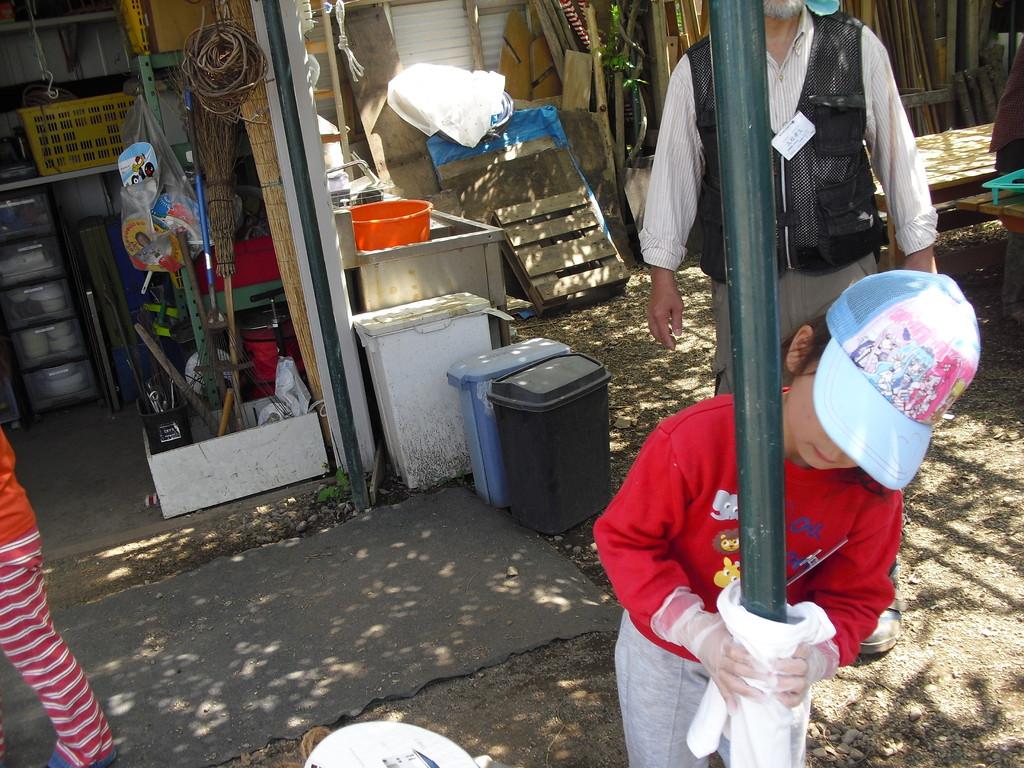 こちらはペンキ塗り。時々ペンキを塗りなおしてさびを防ぎます。まずはよごれを取ってね。