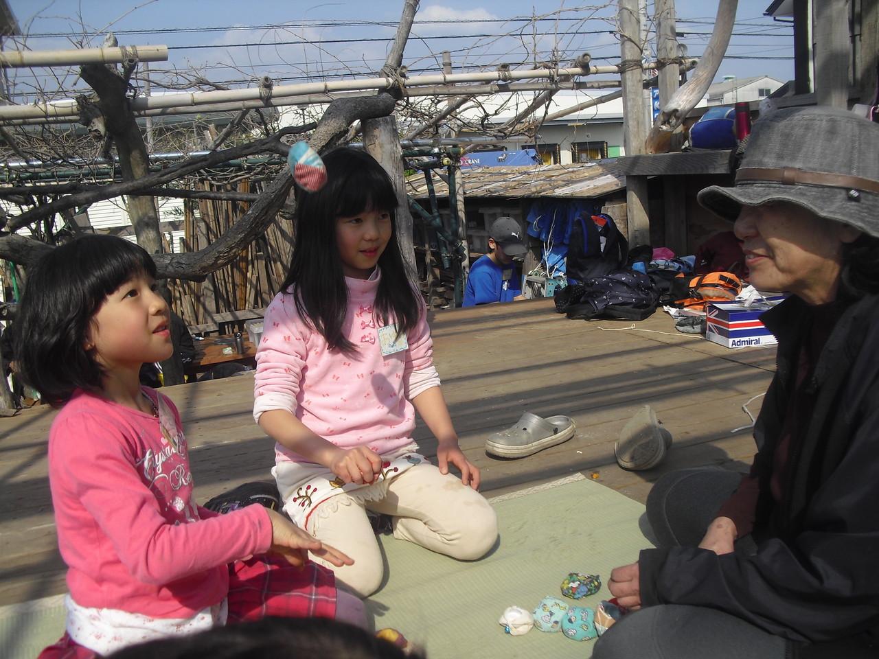 ふじっころ村では…お手玉で遊んでいます。