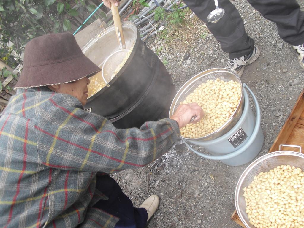 味噌作り名人が豆をチェックしてくれています。