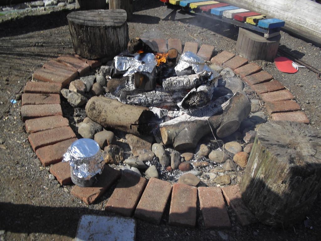 火の近くに置き、炭になるのを待ちます。お部屋の飾りや、消臭用に使用します!