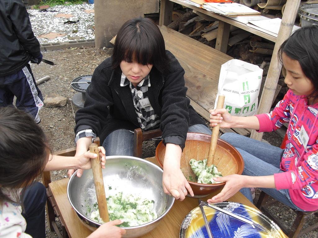 上新粉・白玉粉・砂糖・塩・お湯でこね、蒸した生地に茹でて、すりつぶしたヨモギを混ぜ、こねます。
