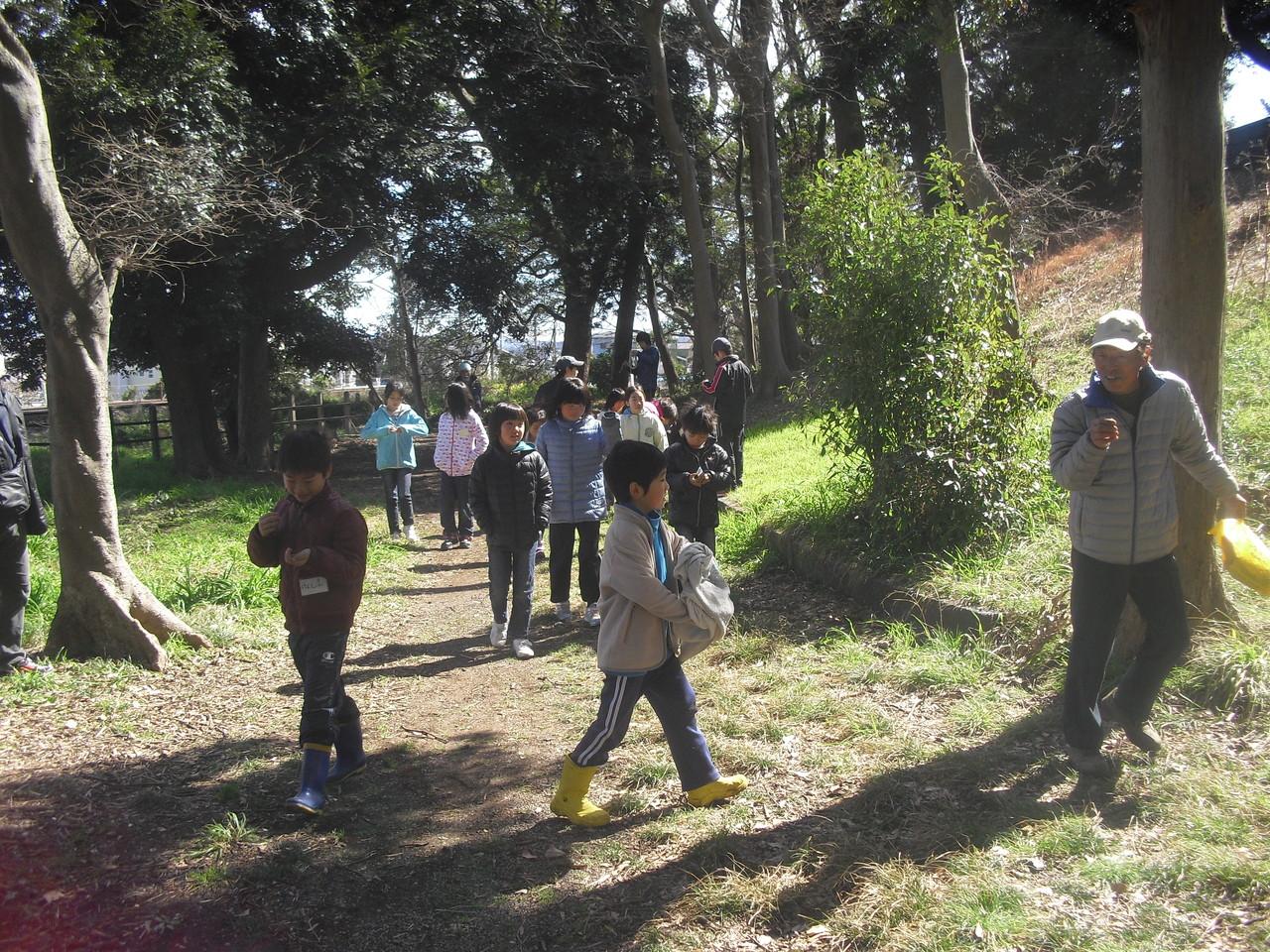 笛作りの後は、神明塚古墳に行って木の実を使ったネイチャーゲームをしました。