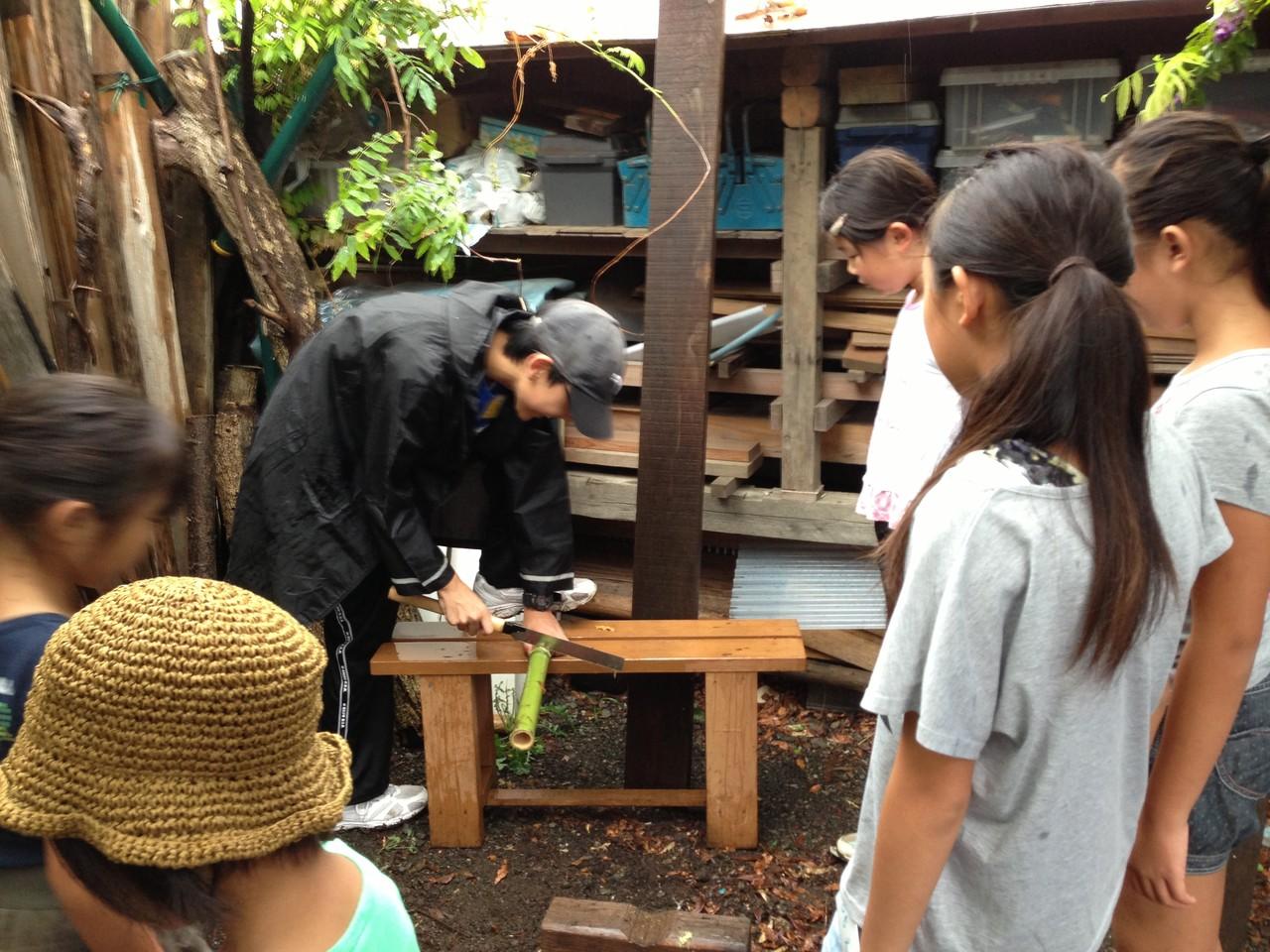 竹を切って水鉄砲を作ります。