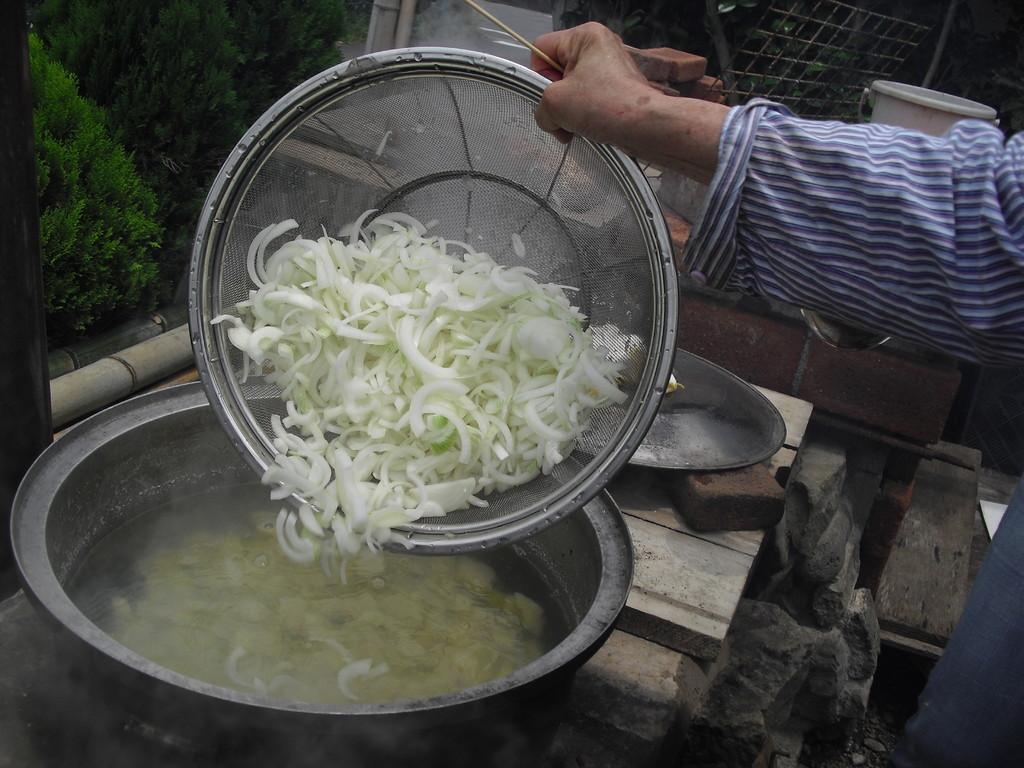 右のかまどでは、切った野菜を入れて、みそ汁を作っているんですねー!