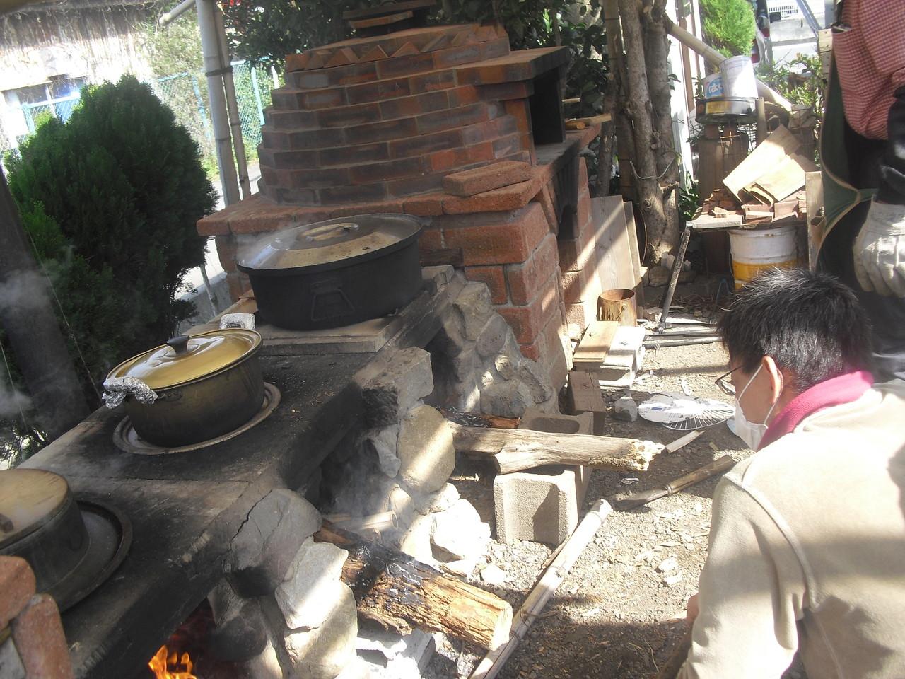発酵の間に切干大根、みそ汁も作ります。切干大根と味噌はふじっころ村で冬に作ったものを使います。
