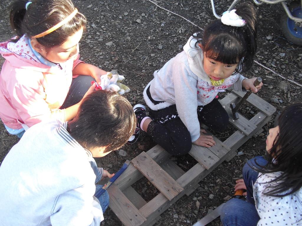 これは、すのこを改造してはしごをつくっています。子ども達がトイレの前の川にはしごをかけたいというので、要らない材料で作ることにしました。