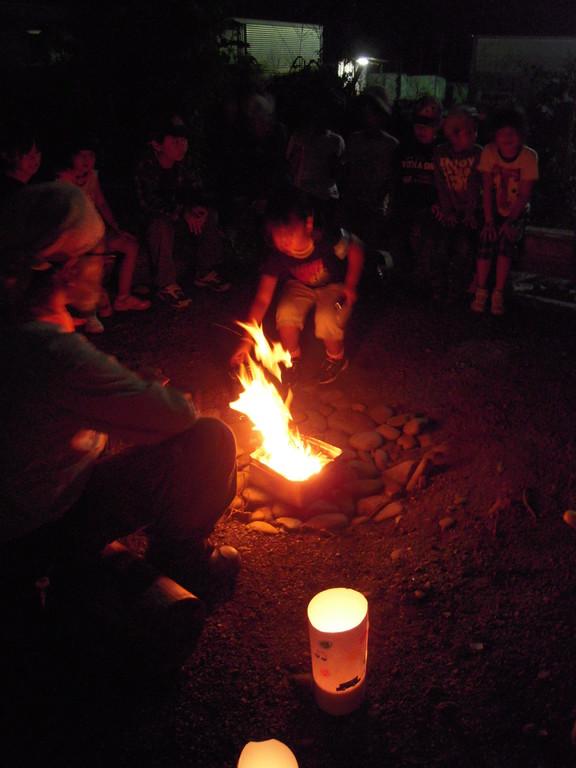 カンテラに灯された先には火が…。今日あった一番の「楽しい」を一人ずつ発表していくゲーム「私の火」。発表しながら一人一枝火に入れて仲間の気持ちを分かち合います。