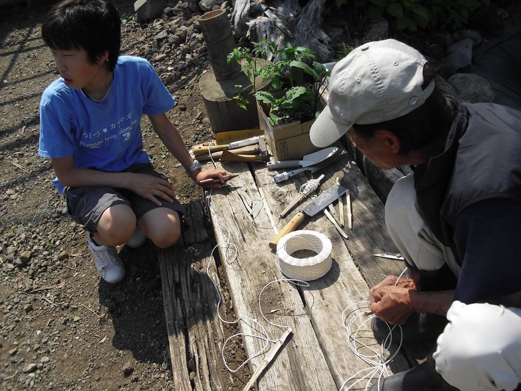 帰ってきた後は田植えです。まっすぐ植えていくための道具を作ります。
