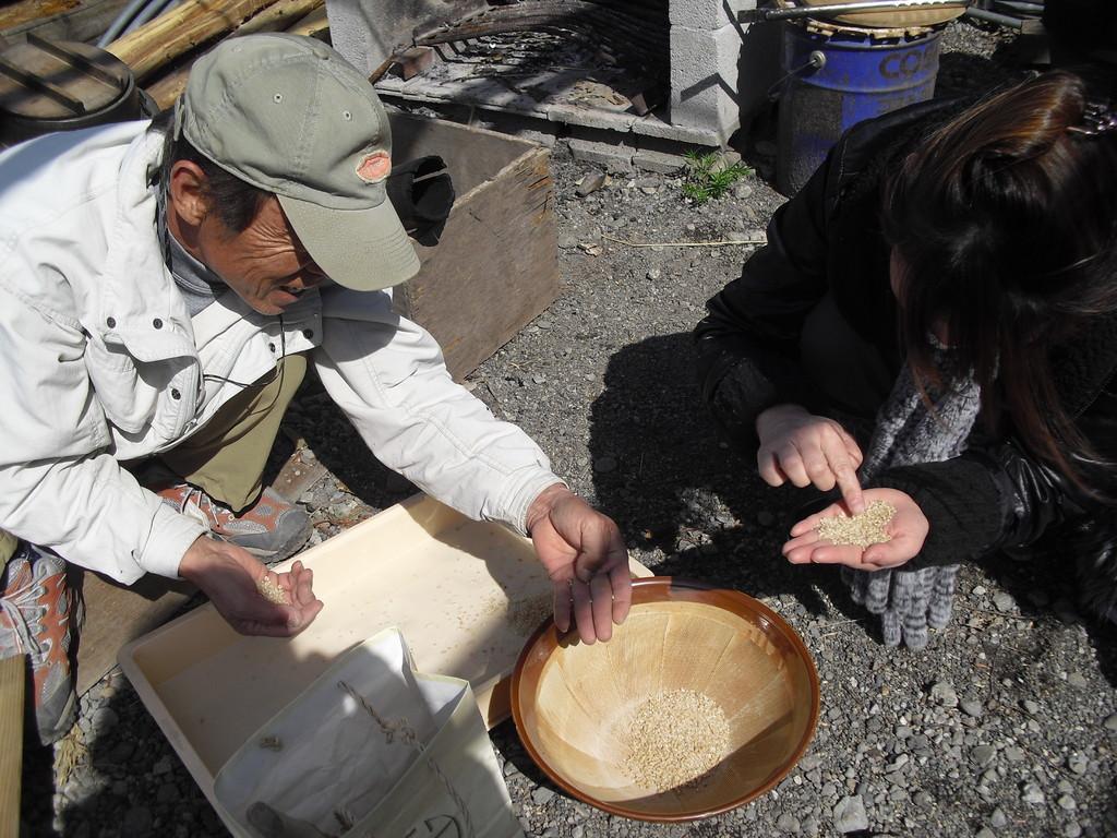 さて、待ってる間にふじっころで取れたお米から殻をとっていきます。