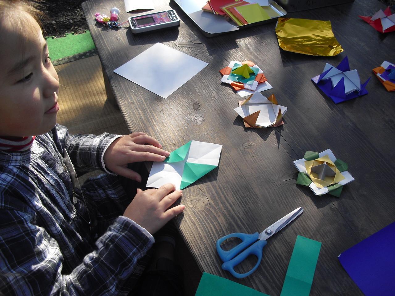 3枚の折り紙で駒を作ったり…