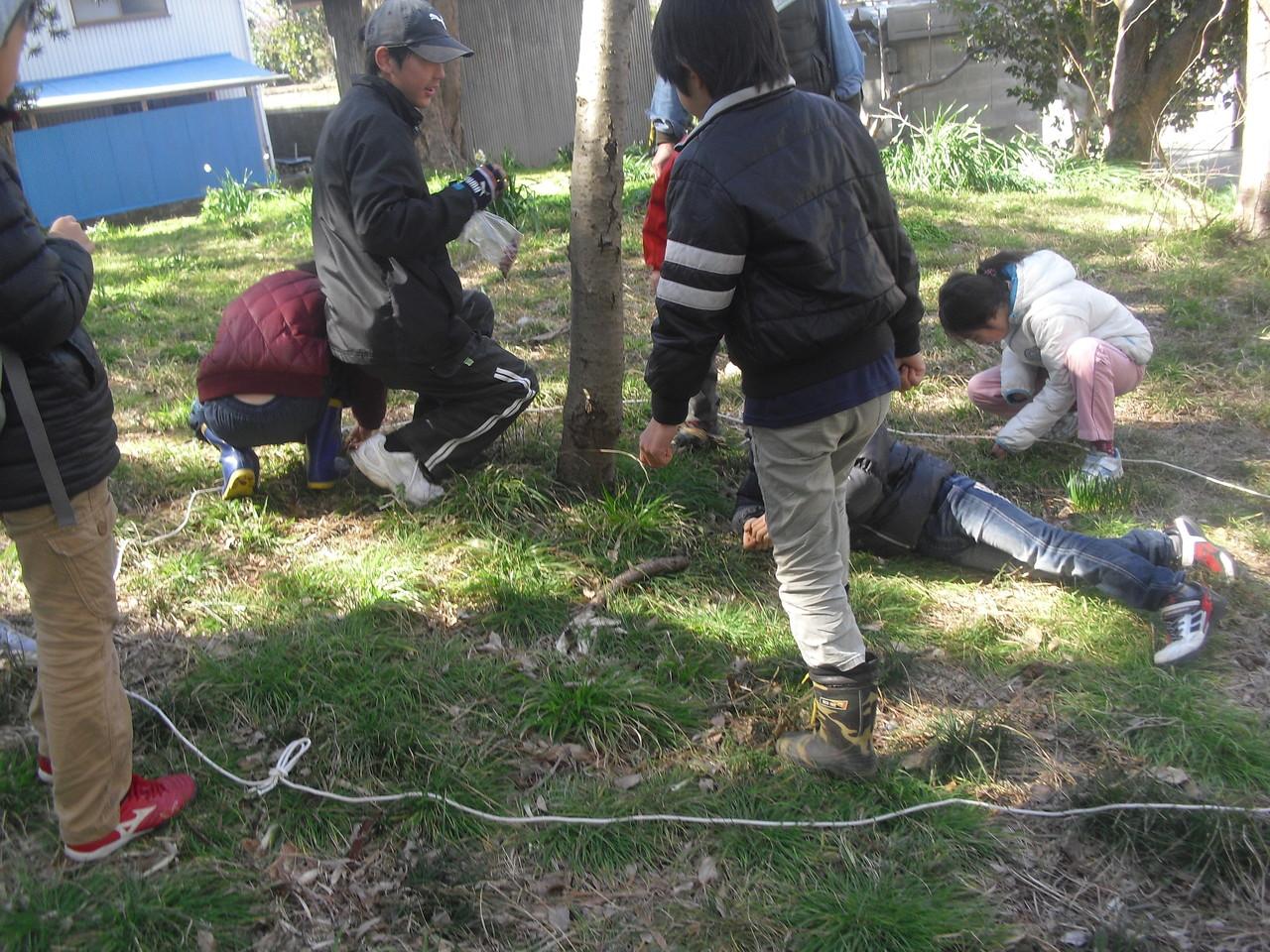 そのあと相手チームの木に行って隠した木の実を探し当てます。