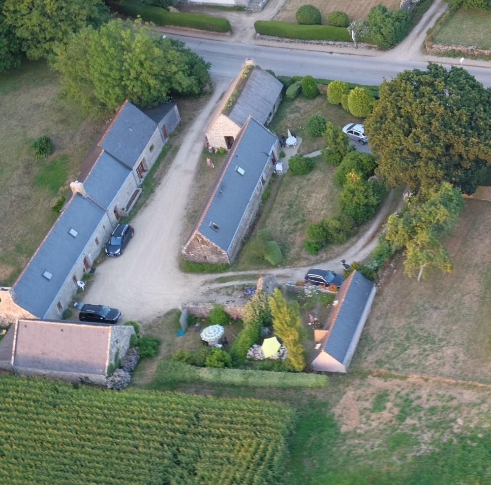 Vue aérienne de notre propriété, village de Lohantec