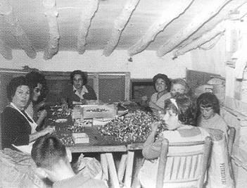 Trabajadoras de Guisval en el sótano de la calle San Juan, 1, de Ibi (Alicante).