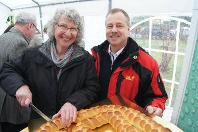 KGR-Vorsitzende Susanne Greß und Pfarrer Michael Winkler schneiden gemeinsam den Geburtstagskranz zum 50jährigen Jubiläum an