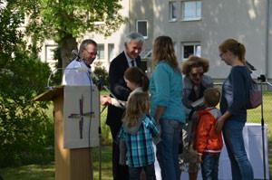 Pfarrer Michael Winkler, Landesbischof Dr. Cornelius-Bundschuh und Andrea Winkler begrüßen die Erzieherinnen der Kita Windspiel