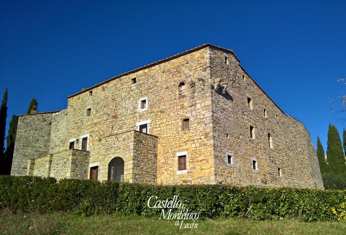 L'angolo del castello verso Siena • The corner of the castle towards Siena