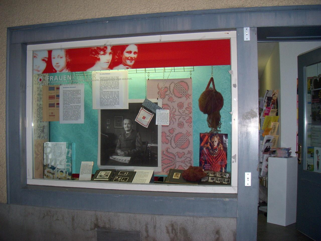 """Nr. 1: """"BündnerinnenStolz"""" im Oktober 2012. Ein Fotoalbum des Bündner Heimatwerks von 1950 führt zur Geschichte der Stickerin Ursula Donau-Hänny in Portein."""