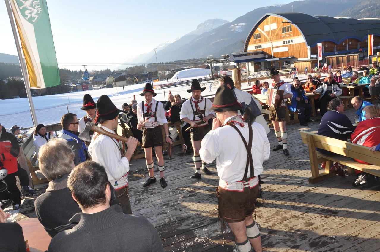 Die Schuhplattlergruppe Kohlrösl-Buam bei der Bärenhütte