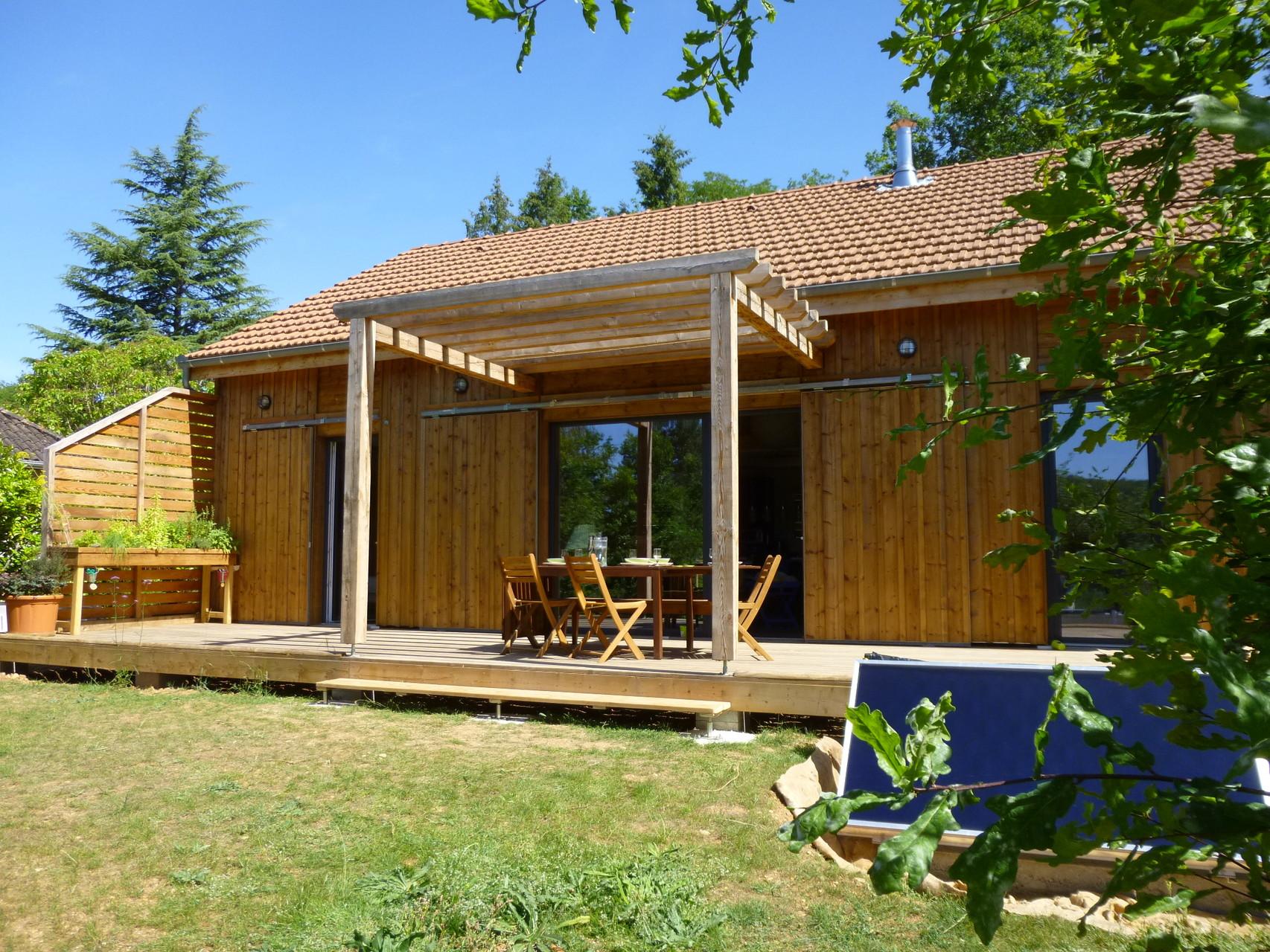 vue d'ensemble terrasse avec panneaux solaires