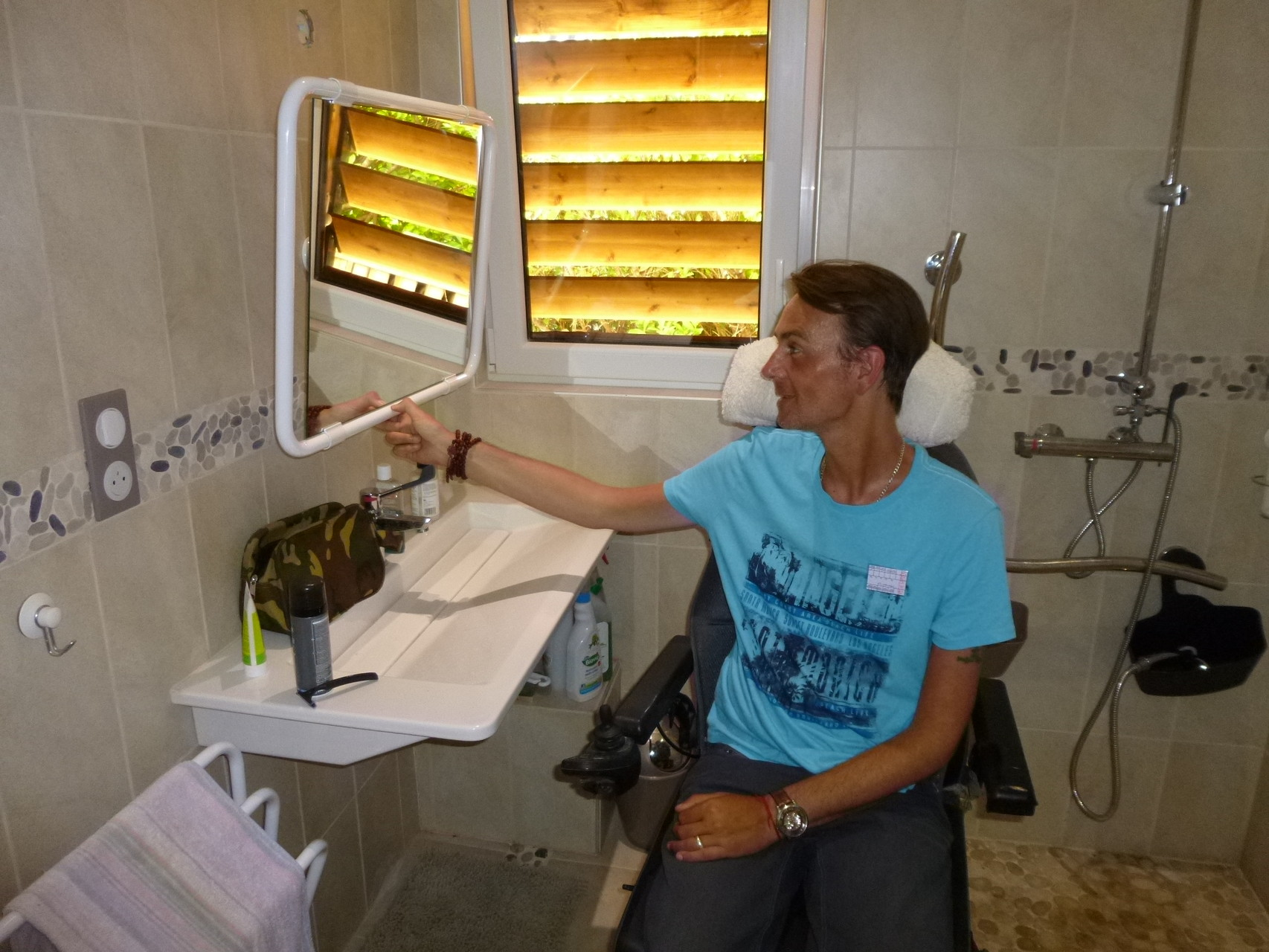 Une salle d'eau spécialement aménagée