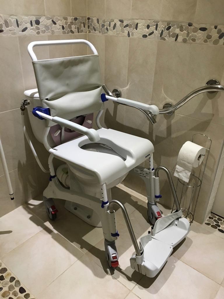 Chaise douche en configuration au dessus des toilettes surélevées