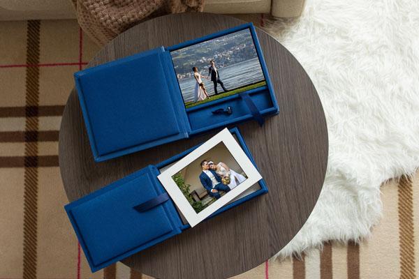 Passpartout Box mit Hochzeitsfotos auf Tisch