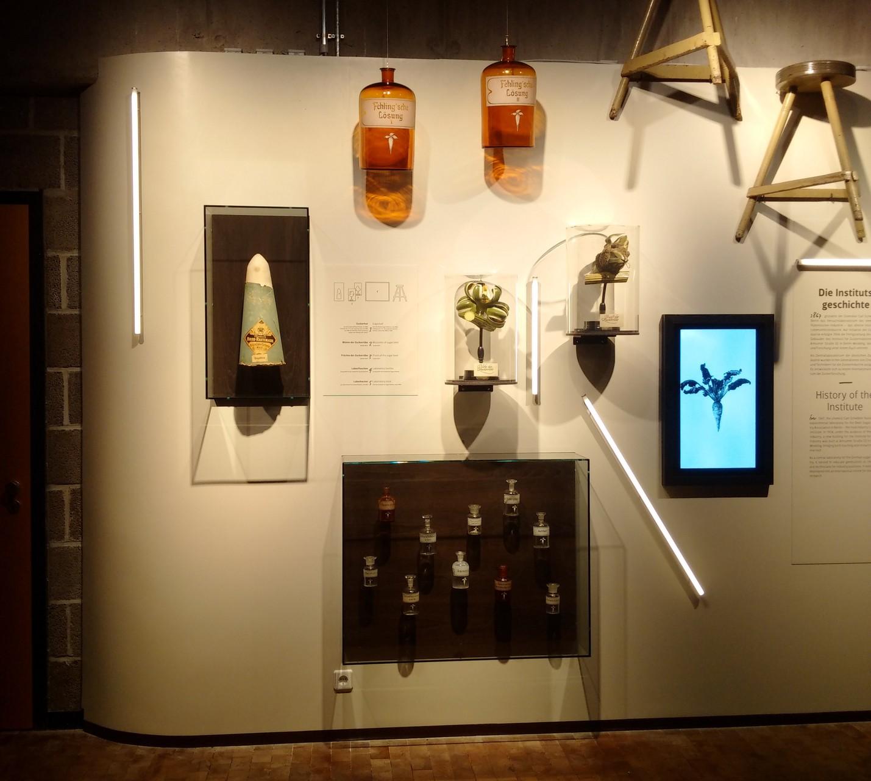 Introwand Foyerbereich: Schaukästen, Monitorrahmen...