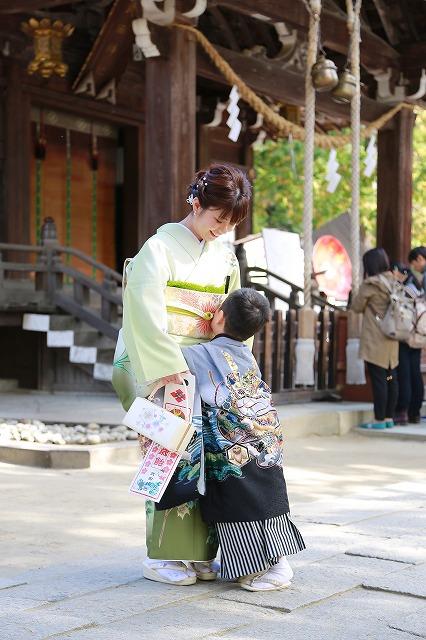 武田神社にて大好きなお母様にあまえる五歳男の子七五三写真