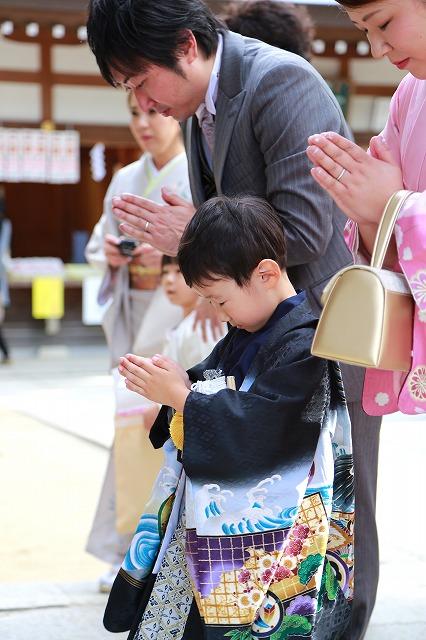 参拝する五歳男の子七五三写真撮影