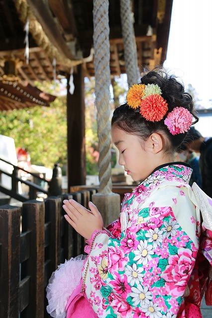 お詣りをする七歳女の子の七五三写真