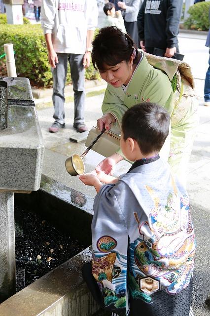 武田神社にてお母様に手水をしてもらう五歳男の子七五三写真