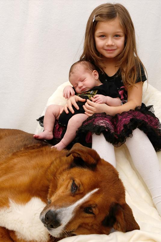 Homeshooting mit Hund, Schwester hält das Baby