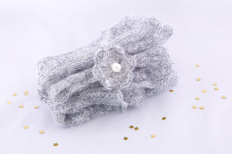 zartes Haarband in grau mit passenden Stoff für Wrap
