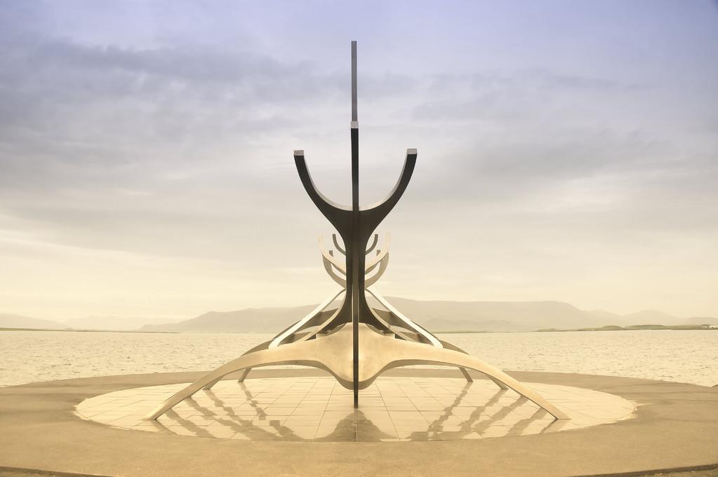 """""""Solfar"""" - ein aus Edelstahl geschaffenes Kunstwerk in Form eines Wikingerschiffes im Hafen von Reykjavik"""